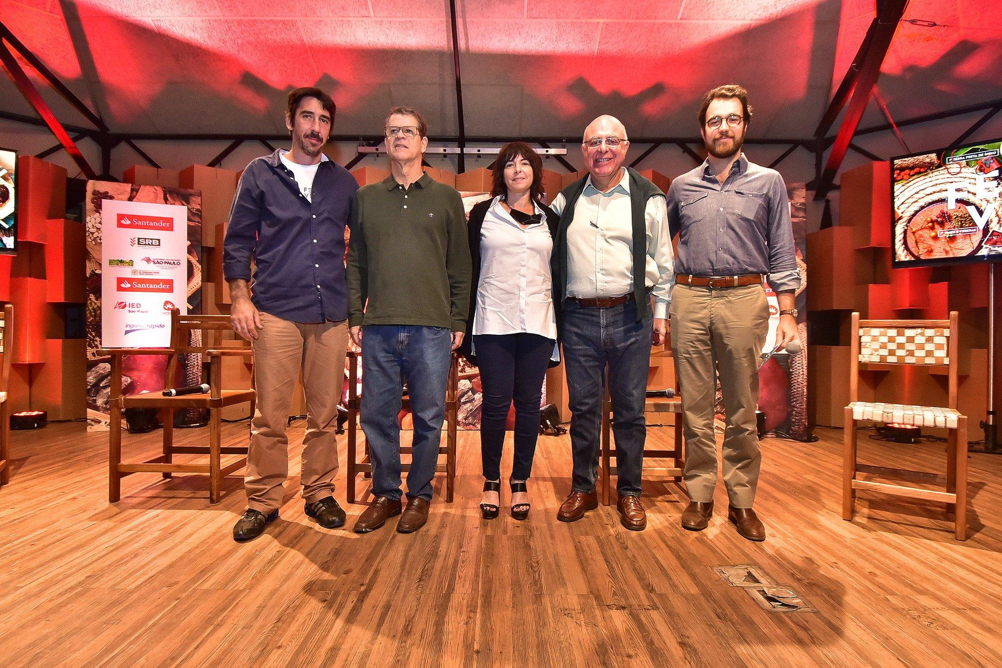 Representantes das instituições que apoiam a Feira Viva, juntos no palco dos painéis de inverno