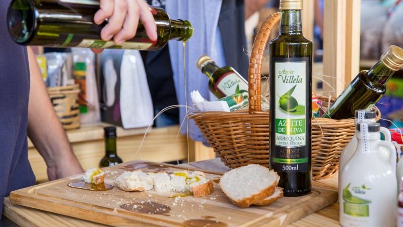 Azeite Villela trouxe para a Feira Viva azeites frescos, que o público experimentar na própria barraca.