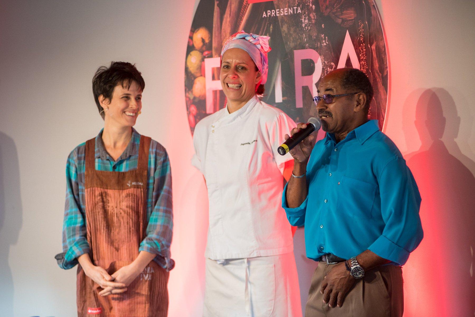 Helena Rizzo e Papoula Ribeiro escutam histórias de comida do produtor Zé Ferreira, do Sítio