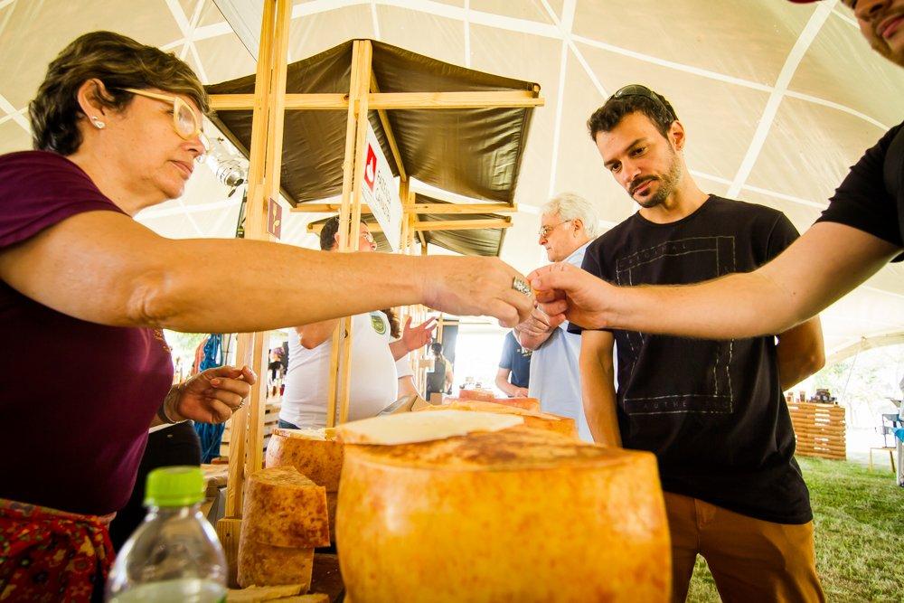 Fazenda Atalaia serve degustação de queijo na Feira Viva