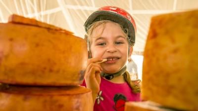 Menina prova queijo artesanal na Feira Viva de verão