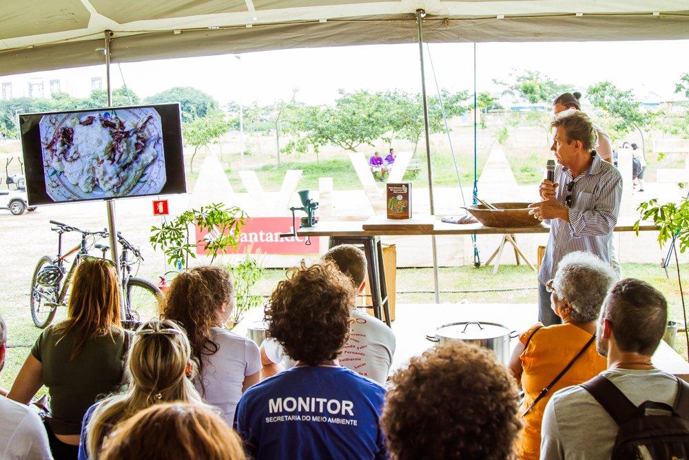 O público assiste Harri Lorenzi expondo sobre Panc na Feira Viva de Verão